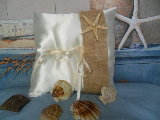 cuscinetto per fedi in  raso e liuta con stella marina