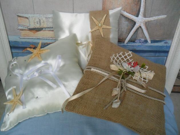 Tre cuscinetti per fedi realizzati in raso color champagne e liuta