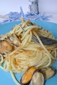 spaghetti con frutti di mare e bottarga